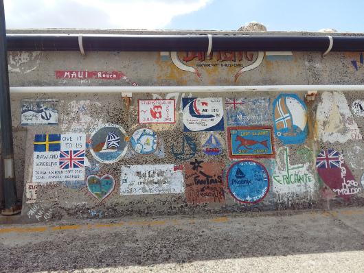 An der Hafenmole Graffitis der anderen Art: Andenken der Schiffe, die hier waren